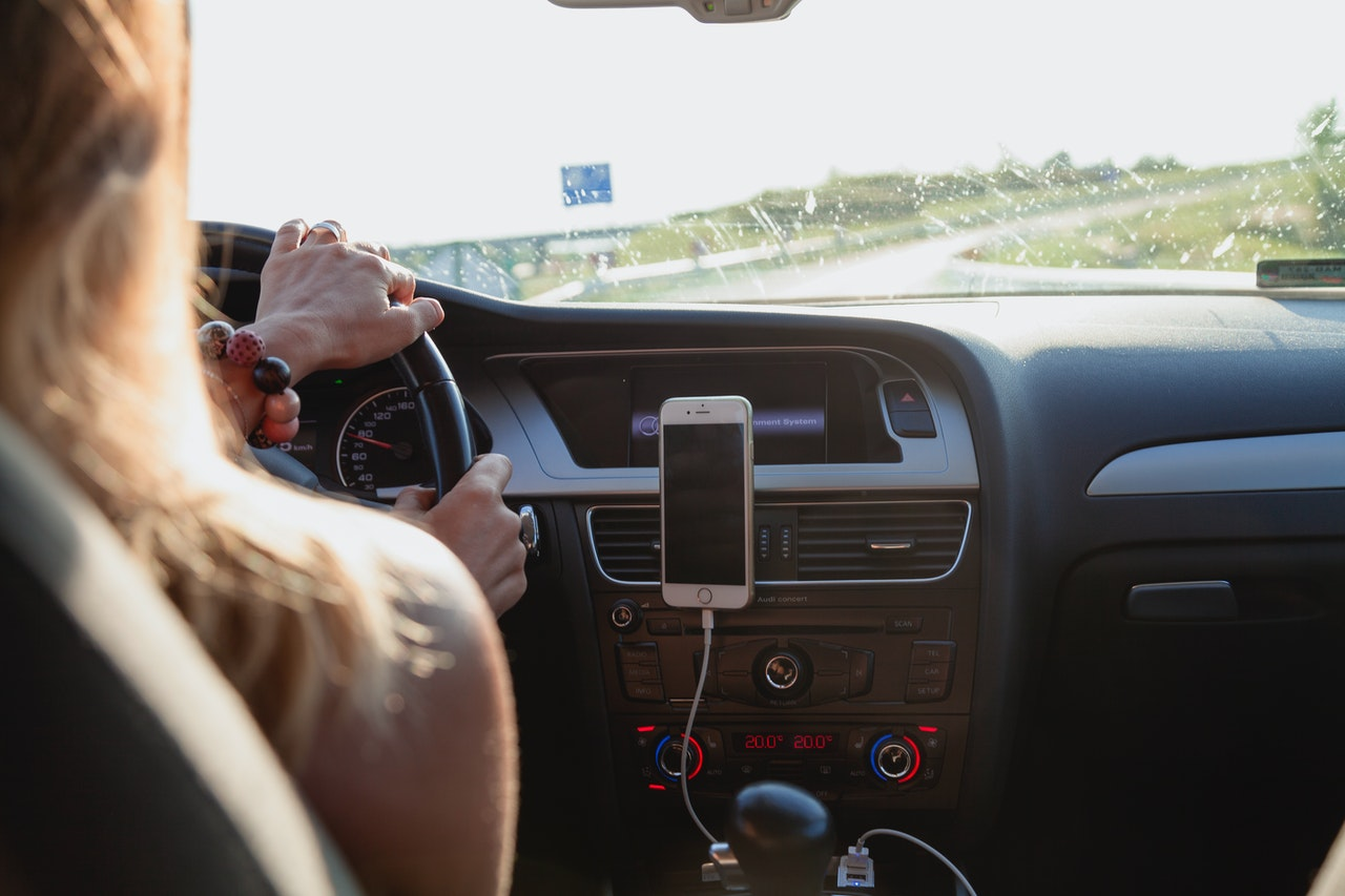 Telefon er sat fast til bilen i midten