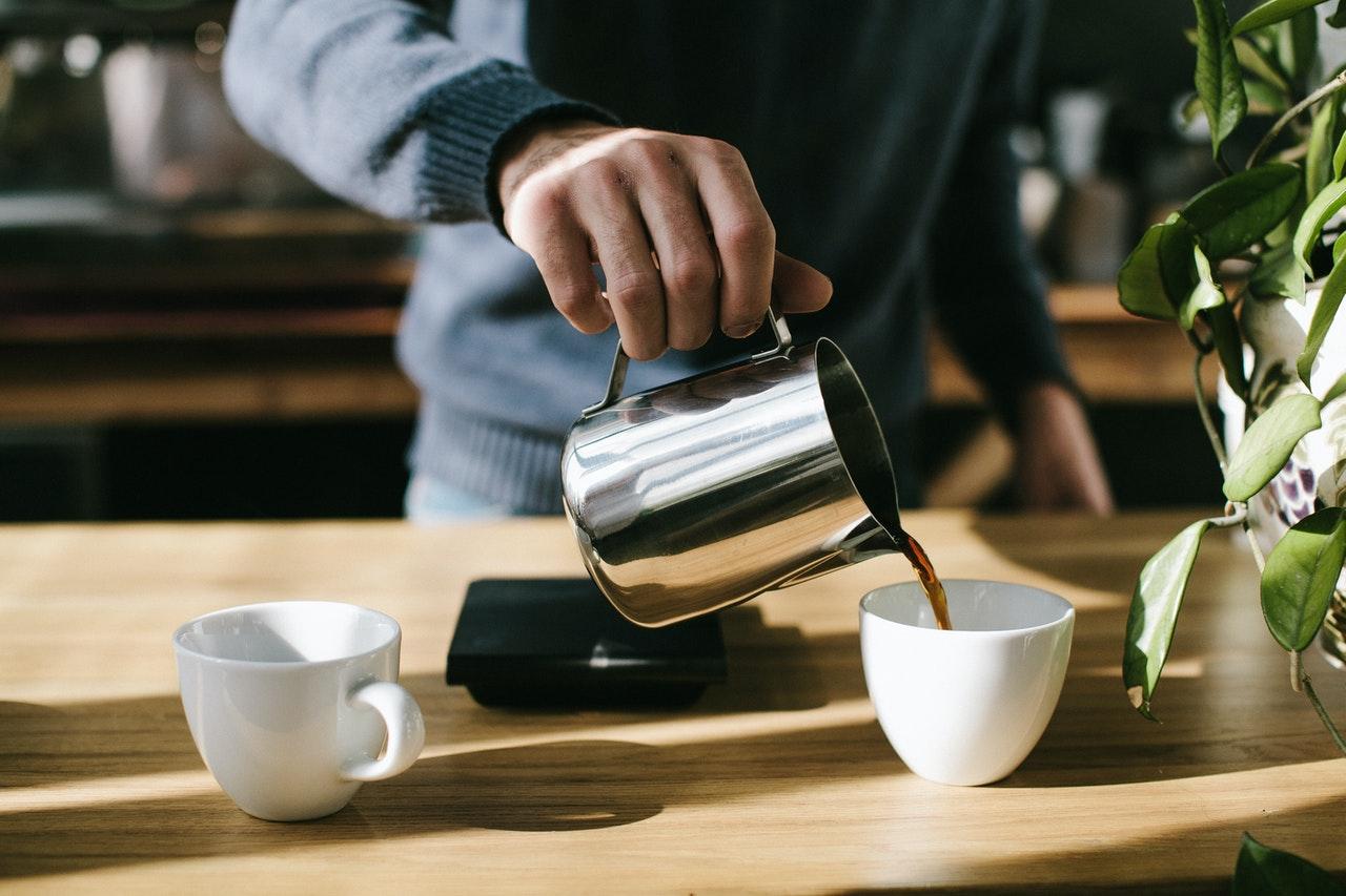 Mand laver kaffe på arbejdet