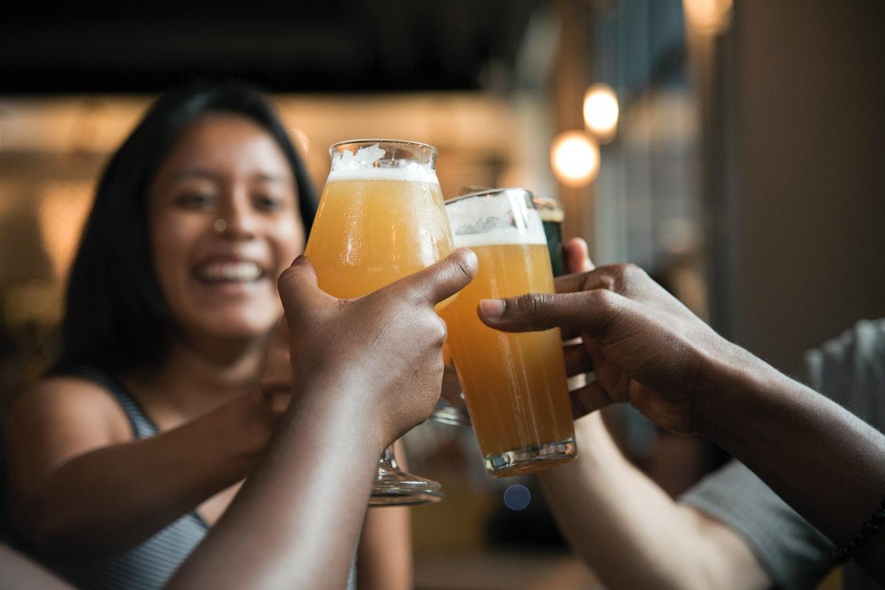 Gruppe drikker øl sammen