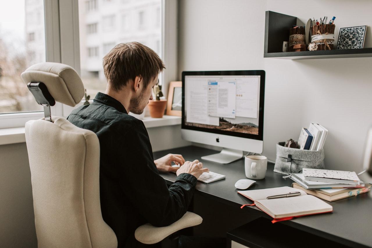 Mand arbejder på mac computer