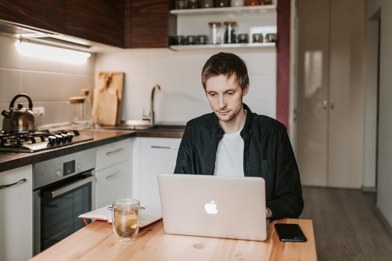 mand arbejder i sit køkken